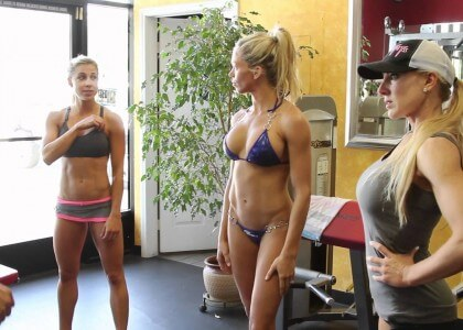 3 Sexy Bikini Fitness Athletinnen beim Posing