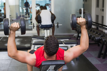 Fliegende Hanteln Athlet Bodybuilding