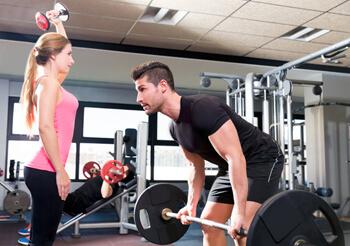 Paar bei Training mit Gewichten - Mann und Frau